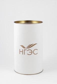 Подарочная упаковка с логотипом. Этикетка: дизайнерская бумага, шелкография золотом.