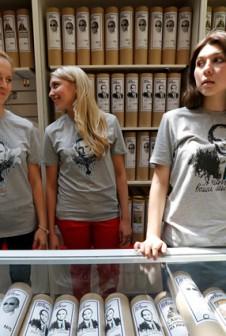 Тубусы для футболок с Путиным в ГУМе.