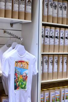 Тубусы для футболок с Путиным.